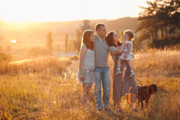 Rodzina na tle zachodzącego słońca